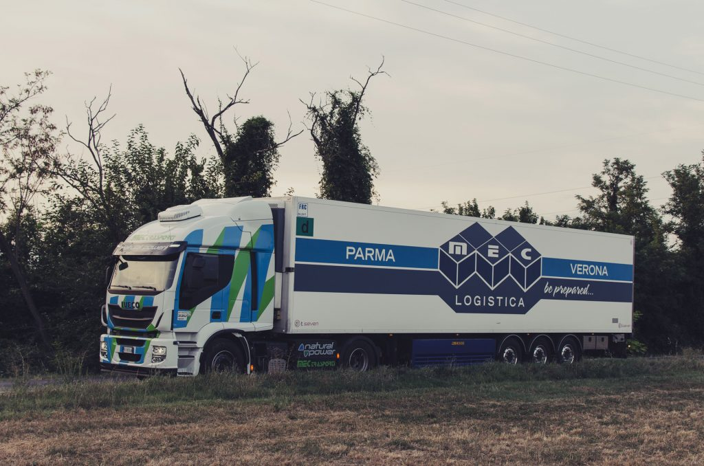 mec-trasporti-bilico-rimorchio-metano-gas-ambiente-campagna